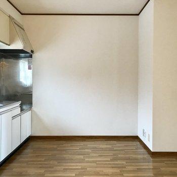 【DK】キッチンは後ろのスペースにもゆとりがありますね