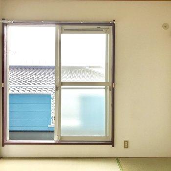 【和室】窓からは優しい光が入ってきます