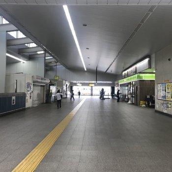 駅は広くて静かです