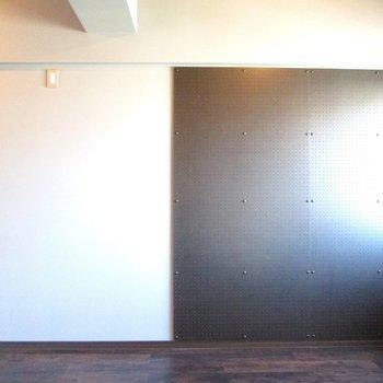 【洋室7.8帖】有孔ボードは自由に好きな物が飾れます!