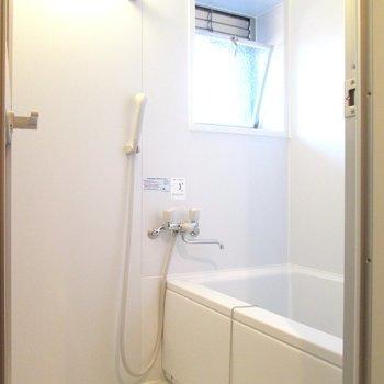浴室にも小窓が。