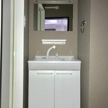 すっぽりコンパクトな洗面台※写真は、通電前のものです