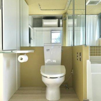トイレ横に収納と棚があるのは嬉しい※写真は4階の同間取り別部屋のものです