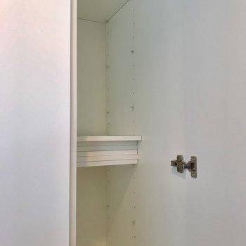その横にはサイズを調節できる下駄箱。傘置きにしても良いかもしれません※写真は4階の同間取り別部屋のものです