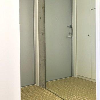 玄関の全体鏡で外出時の最終チェックを※写真は4階の同間取り別部屋のものです