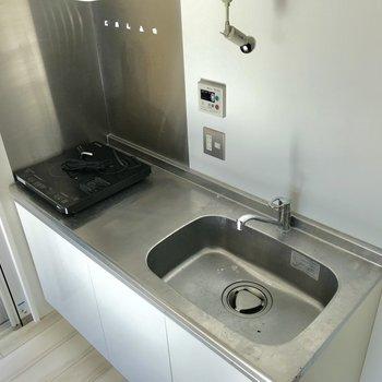 キッチンには間接照明があるので、作業しやすいです※写真は4階の同間取り別部屋のものです