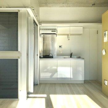 コンパクトな家具で、暖色がいいかもしれません※写真は4階の同間取り別部屋のものです