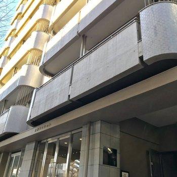 大通り沿いに佇むマンションです。