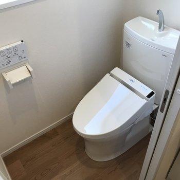 トイレは扉でちゃんと分かれています。