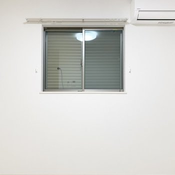 窓は全て、シャッターが閉められます!一人の時間にじっくり集中できますね。