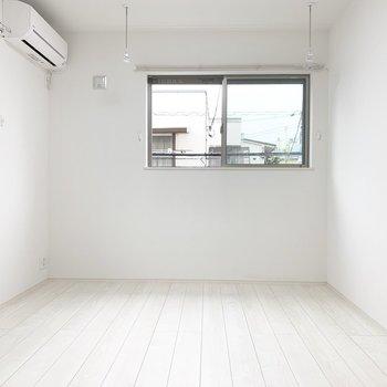 白色でまとまった、シンプルなお部屋です。