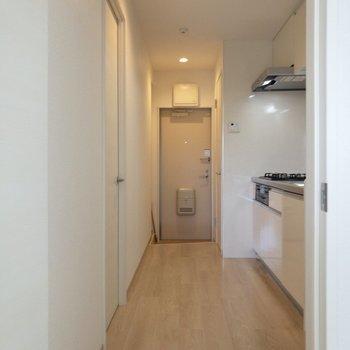 キッチンに向かいましょう〜※写真は2階の同間取り別部屋のものです