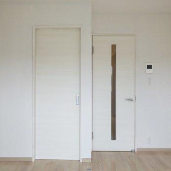 TVモニタ付ドアホンがあって安心。※写真は2階の同間取り別部屋のものです
