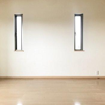 小窓があるだけでヌケ感がでますね◎※写真は1階の同間取りの別部屋、清掃前のものです