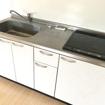 シングルレバーだし2口IHだし使いやすいキッチンだなぁ。※写真は1階の同間取りの別部屋、清掃前のものです