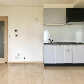 キッチンのところはさりげなくブルーのクロスに◎※写真は1階の同間取りの別部屋、清掃前のものです