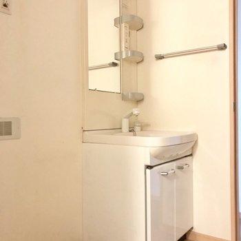 スタンダードな洗面台。※写真は1階の同間取りの別部屋、清掃前のものです