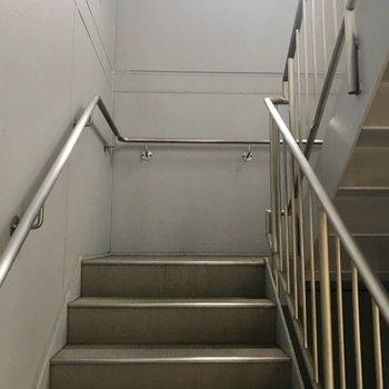 この階段を登って2階まで!