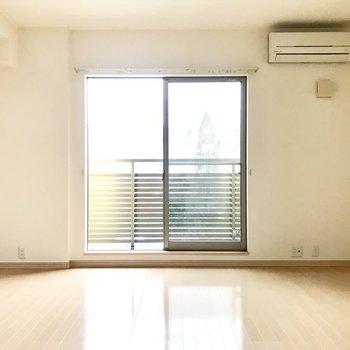 日当たりもバッチリですね。※写真は1階の同間取りの別部屋、清掃前のものです
