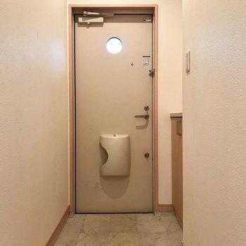 扉のまるがかわいい・・・※写真は1階の同間取りの別部屋、清掃前のものです