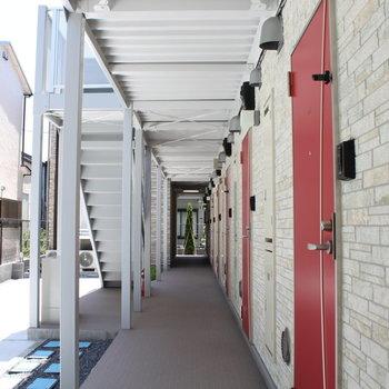 赤いドアとタイル調の壁がオシャレ
