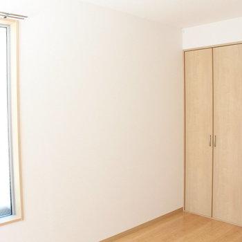 すりガラスなので人目を気にしなくてOK※写真と文章は2階の同間取りの別部屋のものです