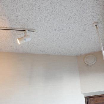 窓際で室内干し。調光可能なライティングレールも嬉しい。 ※写真はクリーニング前のものです