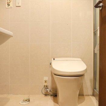 トイレは脱衣所に。洗濯機置場のお隣。 ※写真はクリーニング前のものです