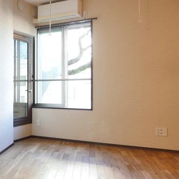面白い形をした洋室です。 ※写真はクリーニング前のものです
