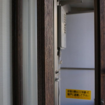 木の窓と、2重冊子になっています。 ※写真はクリーニング前のものです