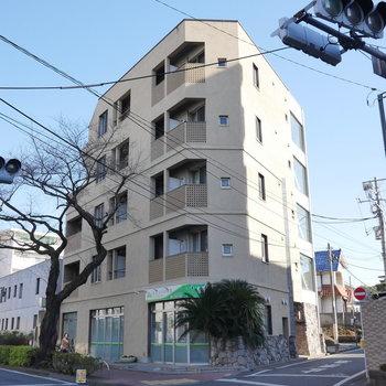 角地に5階建てRCマンションです。