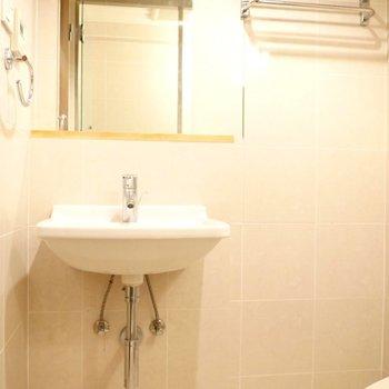 脱衣所に独立洗面台。 ※写真はクリーニング前のものです