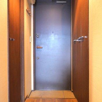 水回りを出て玄関です。 ※写真はクリーニング前のものです