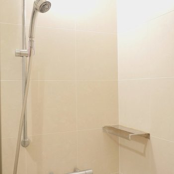お風呂はシャワーのみ。 ※写真はクリーニング前のものです