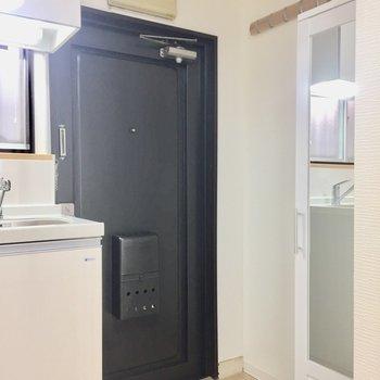 玄関はキッチン横に。