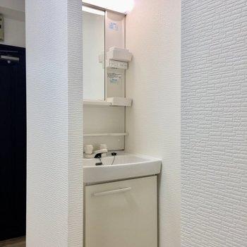 洗面台はキッチンの近くに。コンパクト目の独立洗面台