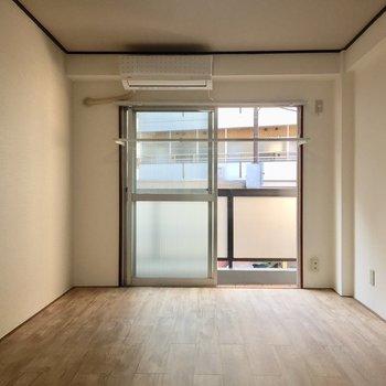 こちらが奥の洋室です。新品のエアコンが嬉しい