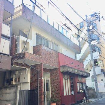 外観は古めの建物です