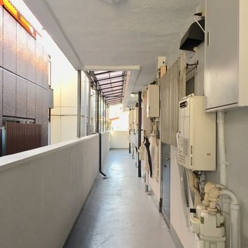 共同廊下。奥の方のお部屋になります