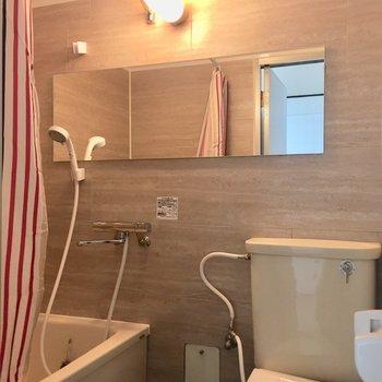 お風呂とトイレは同室です。横に伸びている鏡が嬉しいのです