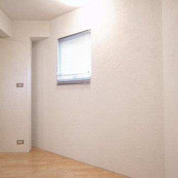 洋室の壁は一部ナナメになっています。 ※写真は1階同間取り別部屋のものです