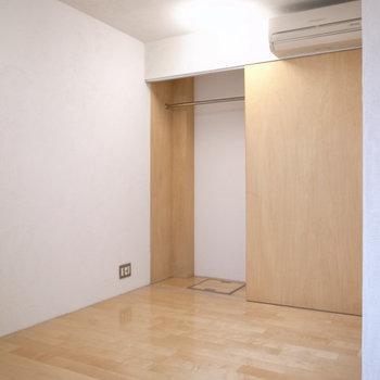 洋室、エアコンと収納完備。 ※写真は1階同間取り別部屋のものです