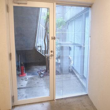 外側のスチールメッッシュが外扉、ガラスが内扉。土間×2。  ※写真は1階同間取り別部屋のものです