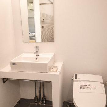 洗面台&トイレ ※写真は1階同間取り別部屋のものです