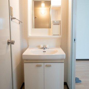 洗面台の横に細い収納を置くこともできそう◎