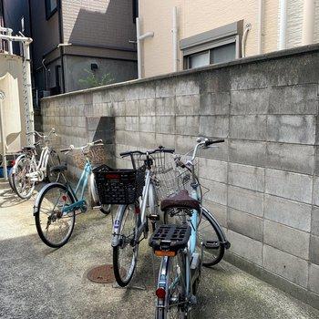 駐輪場は1階の階段奥にあります。