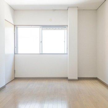 洋室】まずは洋室!廊下からもリビングからも入ることができますよ!