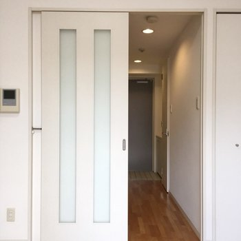玄関まで木目調のフローリング!※写真は5階の同間取り別部屋のものです
