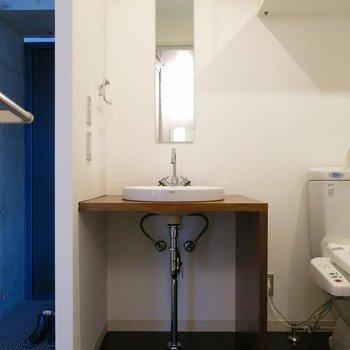 洗面台もシュッとしています※写真は7階の反転間取り別部屋のものです