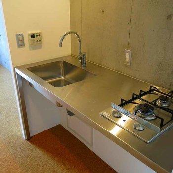 スタイリッシュなキッチンはなにげにガスコンロ2口※写真は7階の反転間取り別部屋のものです